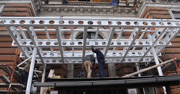 Na zgradu UNSA postavljena željezna nadstrešnica, vrijednost radova 40.000 KM [FOTO]
