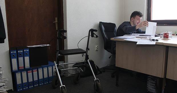 Fikret Zukić uprkos cerebralnoj paralizi radi kao pripravnik-ekonomista u rudniku i repa