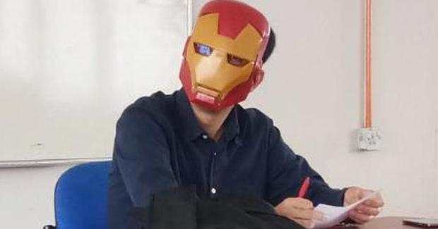 Malezijski profesor sa maskom pomaže studentima