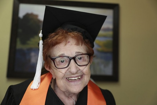 Penzija joj je dosadna: Upoznajte bakicu od 84 godine koja je upravo diplomirala
