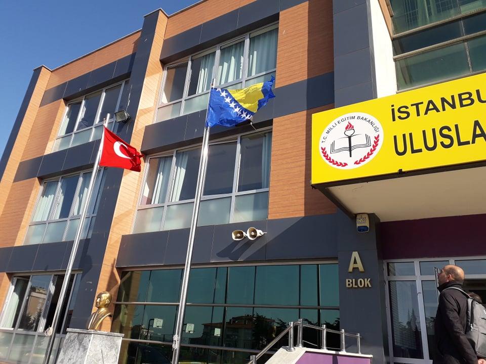 U istanbulskoj srednjoj školi ponosno podigle zastavu učenice iz BiH