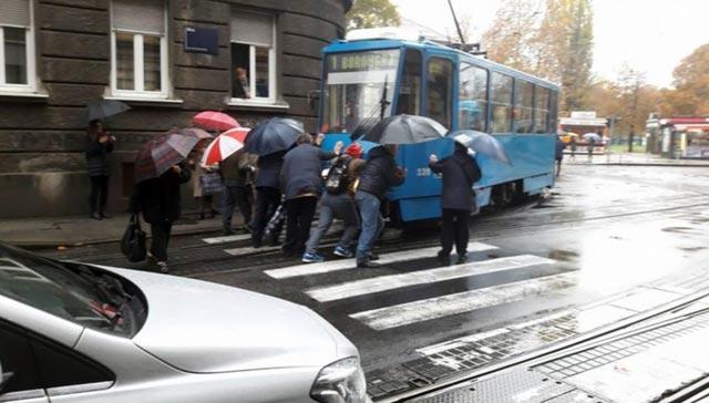 Mjera štednje GRAS-a: Studenti će gurati tramvaje