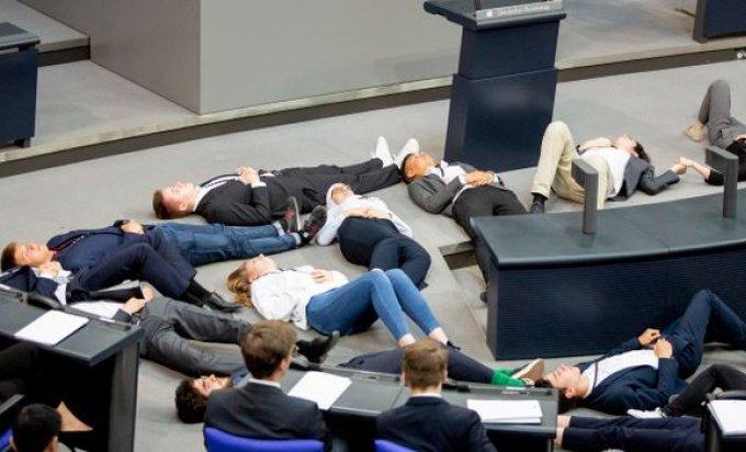 Studenti se pravili mrtvi na sjednici parlamenta
