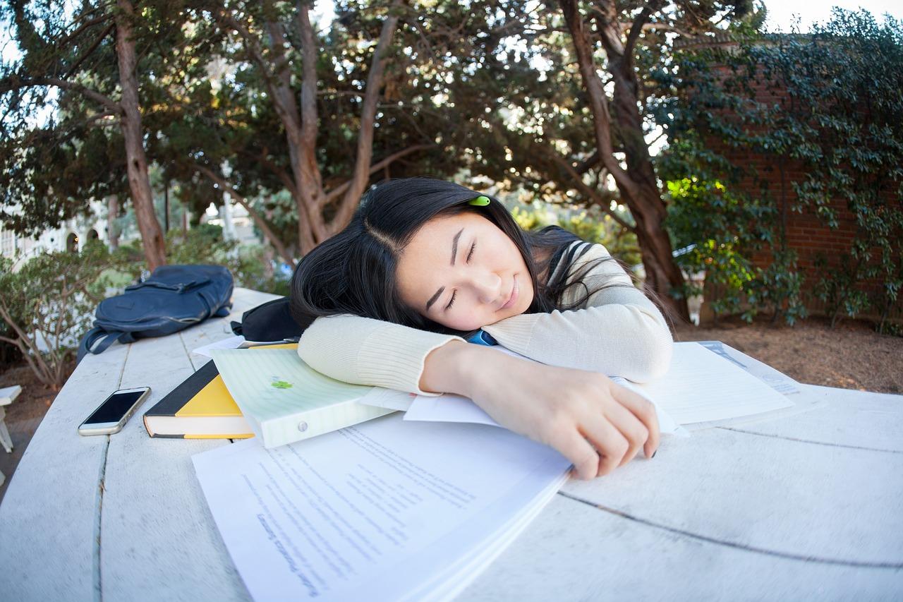 I kad spavaju, muči ih faks! Otkriveno kojih 5 noćnih mora studenti često sanjaju