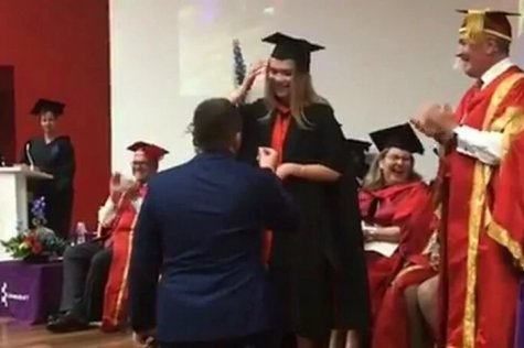 Zaprosio curu na njenoj dodjeli diploma, internet ga uništio komentarima