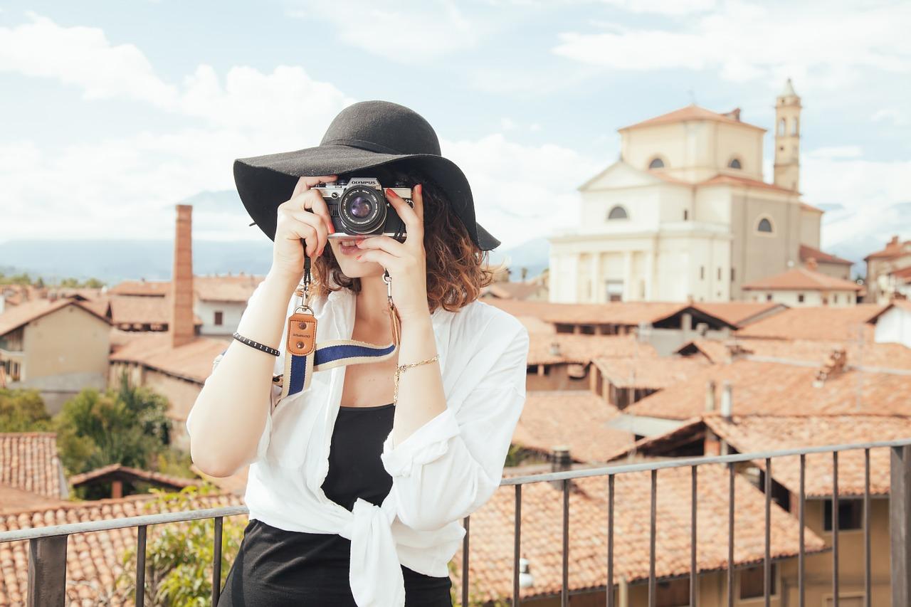 Pogledajte fantastične fotografije! Djevojka posjećuje legendarne filmske lokacije i daje im novi život