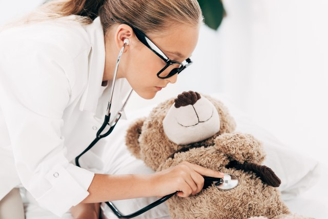 Bolnica za plišane lutke: Ovdje su ljekari djeca koja uče sve o pregledima i zaboravljaju na strah