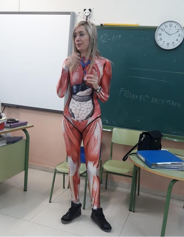 Predavala anatomiju u kostimu, sve se jasno vidi: Učiteljica postala hit na internetu