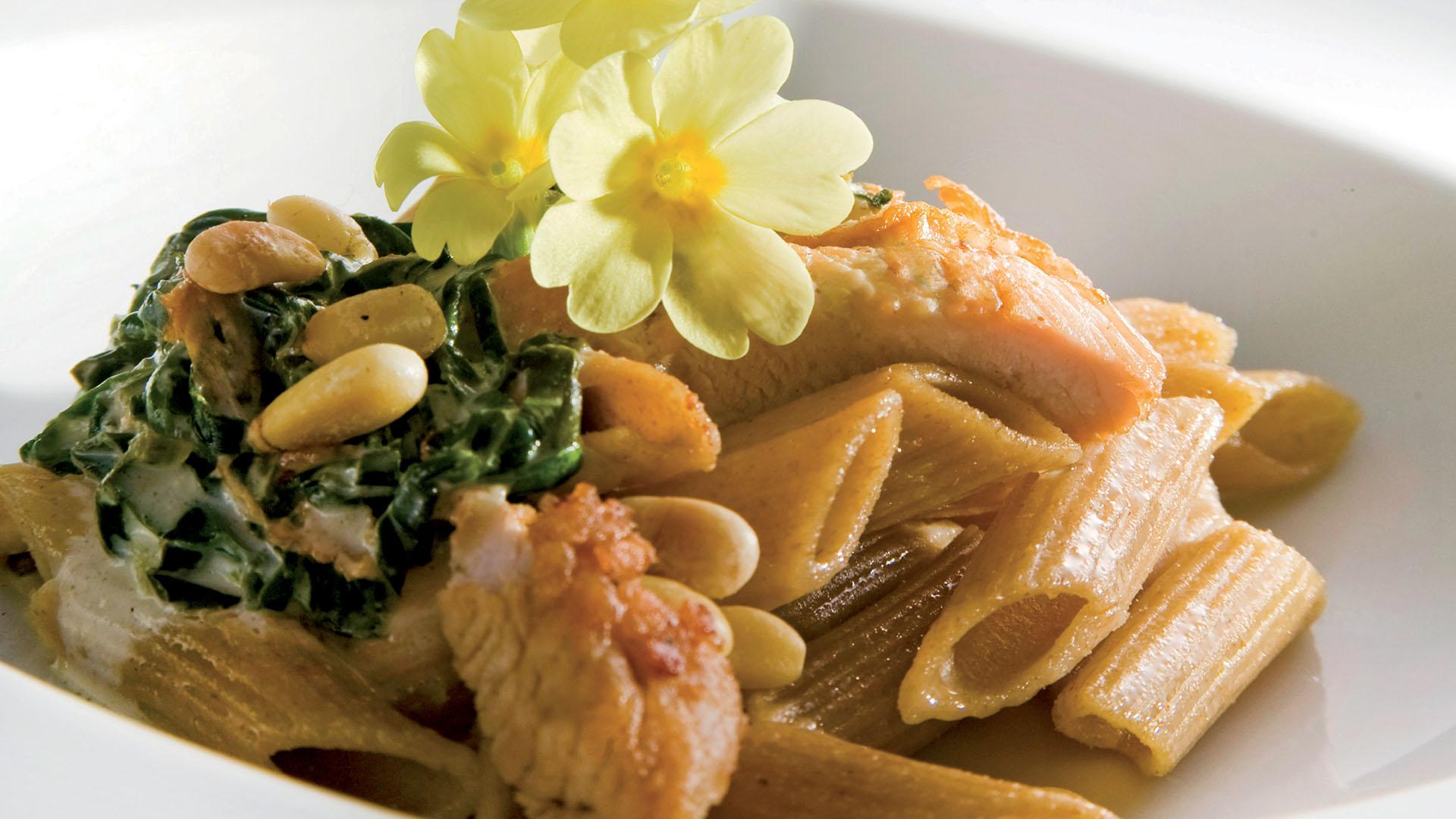Studentski recepti: Integralna tjestenina s puretinom, špinatom i pinjolima