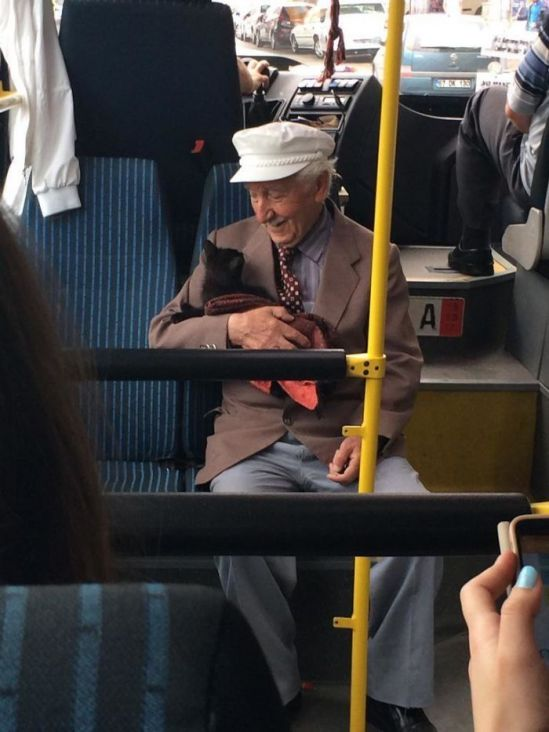 Ljubav kućnih ljubimaca uhvaćena kamerom: Pogledi koji tope srce