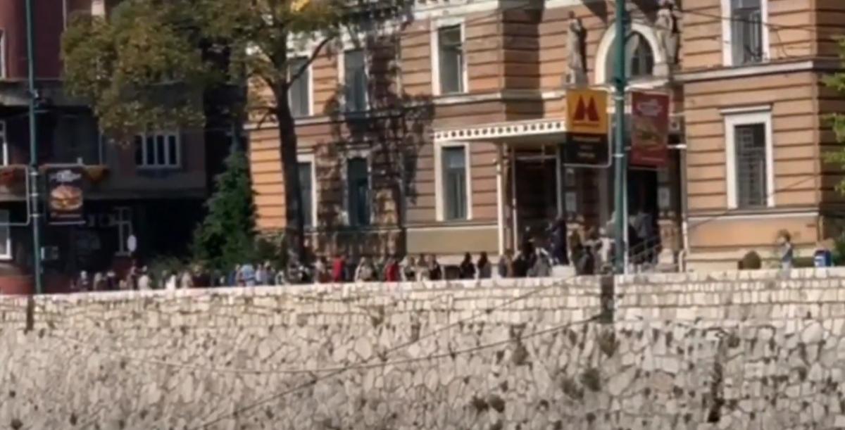 Veliki broj studenata u Sarajevu satima čeka na indeks: Nepotrebno grupisanje u doba korone