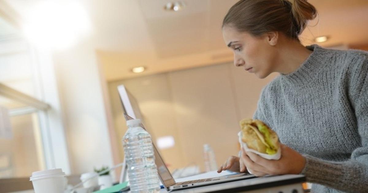Studentica jela dok je polagala ispit: Komad sendviča pao na tastaturu i izlogovao je iz testa