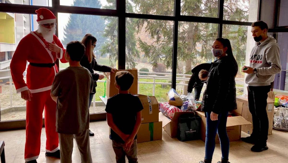 """Studenti i profesori poklonima obradovali djecu """"Doma za djecu bez roditeljskog staranja"""" Tuzla"""