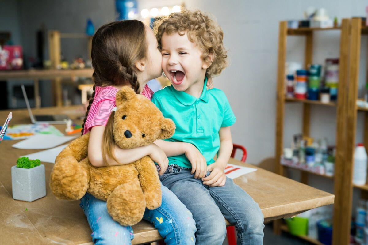 Naučno potvrđeno: Osobe koje imaju sestru – sretnije su