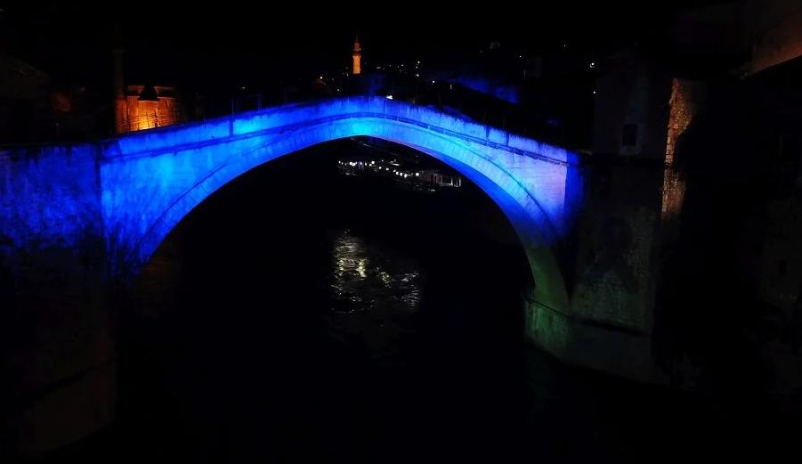 Stari most u plavoj boji u čast tragično stradalim tinejdžerima iz Posušja