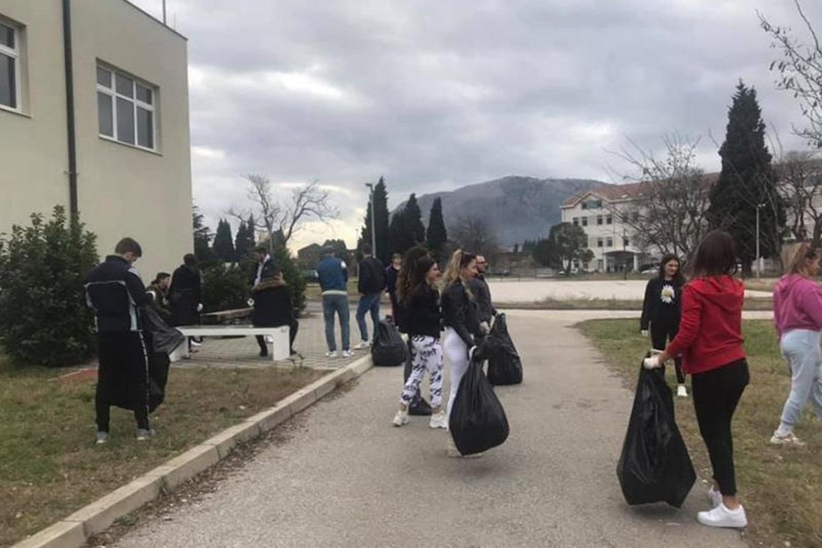 """Studenti iskoristili lijep dan i očistili kampus Univerziteta """"Džemal Bijedić"""""""