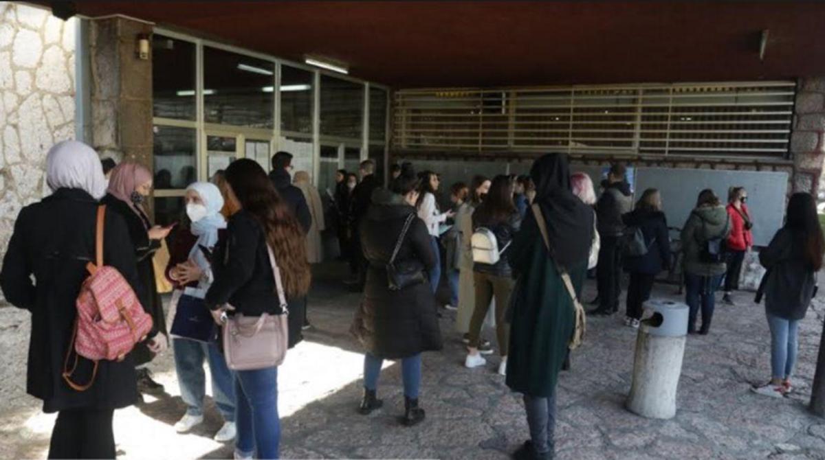 Velika gužva ispred Filozofskog fakulteta UNSA, mjere kao da ne postoje