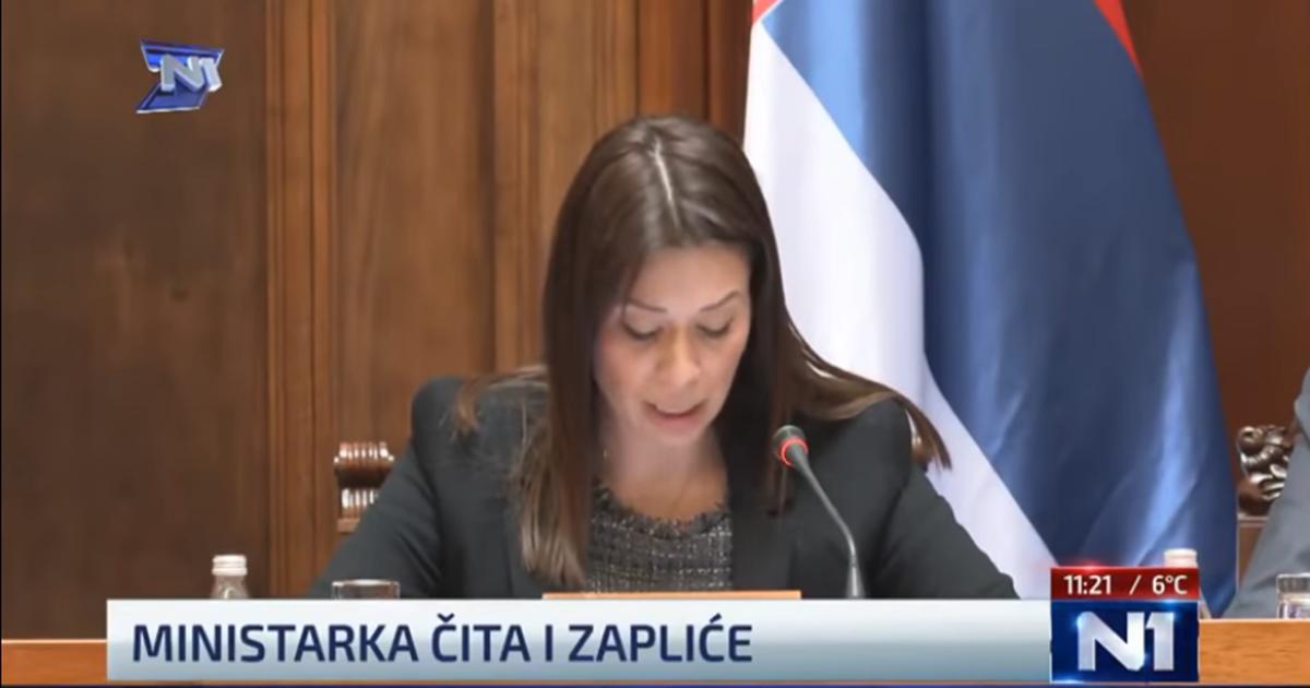 Ministrica imala problema s čitanjem pa se sama sebi smijala