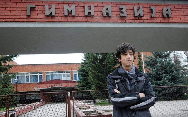 Dejan Gvozdenac ispred banjalučke Gimnazije; Foto Glas Srpske