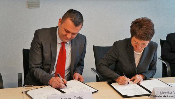 Adnan Delić i Monika Varnhagen (ZAV) tijekom potpisivanja sporazuma o posredovanju stručne radne snage iz BiH; Foto: DW
