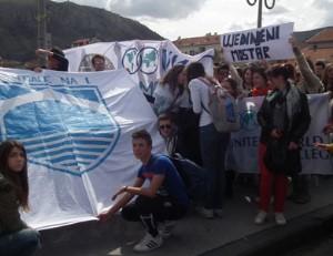 Mostarski srednjoškolci poslali poruku zajedništva sa Titovog mosta; Foto: Tačno.net