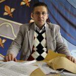 Selim Jusić s hrpom odbijenica za posao; Foto: Avaz.ba