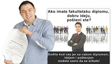 """""""Predrag Zdravković se slika sa svojom diplomom""""; Foto: Blic.rs"""
