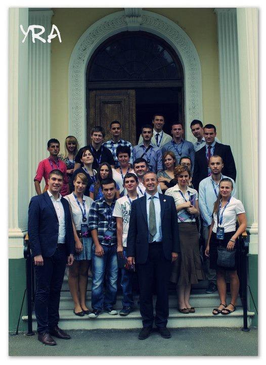 Foto: Omladinski ambasadori pomirenja sa britanskim ambasadorom u Srbiji