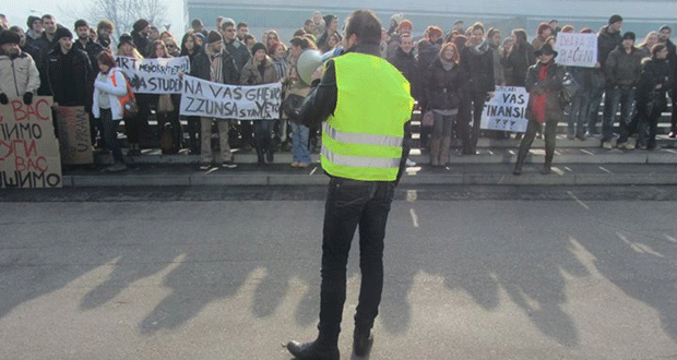 Foto: Studentski protest (R)EVOLUCIJA+ održan ispred Parlamentarne skupštine BiH
