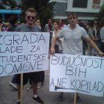 "Suljo Alić, student medicine na ""Loyola University Chicago"" (desno), na mirnim protestima ispred zgrade parlamenta BiH"